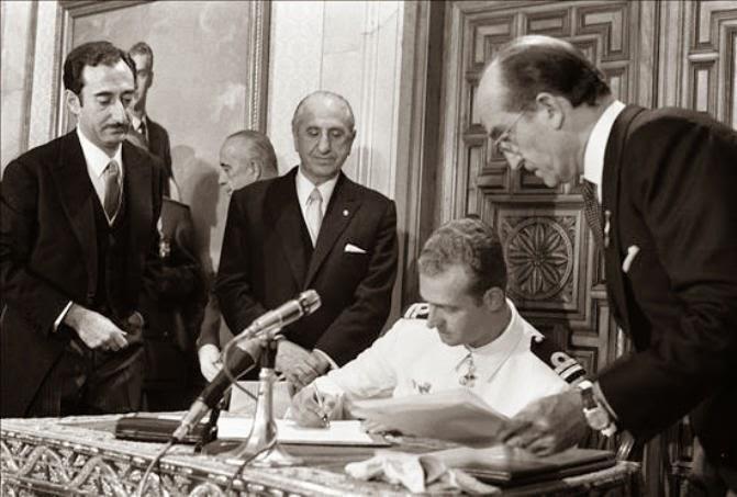 Juan Carlos de Borbón acepta ser el sucesor de Franco.