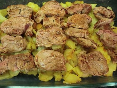 Solomillo al horno con patatas y cebolla caramelizada - Solomillo a la pimienta al horno ...