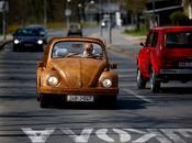 Volkswagen Beetle viste roble mano jubilado bosnio.