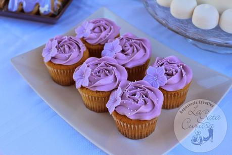 Una dos tres mesas dulces en una mesa dulce lila Geburtstagsdekoration