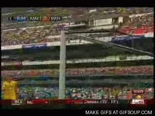 Memo Ochoa hace la mejor atajada del Mundial 2014.