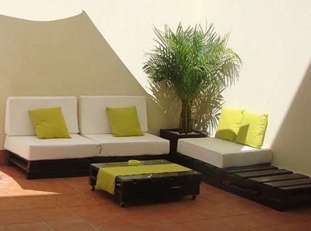 Lindos muebles hechos con palets reciclados paperblog for Muebles para patios interiores