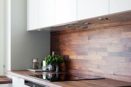 Cocina blanca con revestimiento de madera oscura paperblog - Revestimiento para cocinas ...