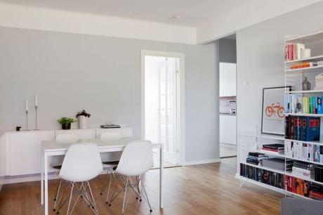 Cocina blanca con revestimiento de madera oscura paperblog - Cocina blanca encimera madera ...