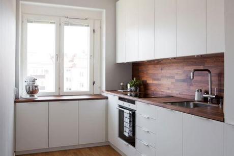 cocina blanca con revestimiento de madera oscura paperblog