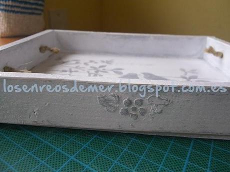 Detalle del relieve del lateral de la bandeja