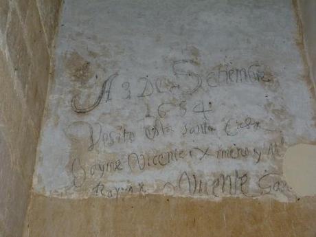 Grafittis en los muros de la hospederia