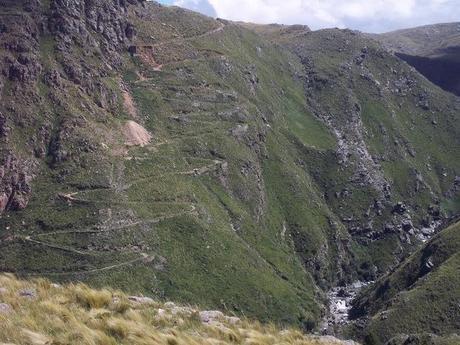 Cerro Áspero, escondido entre paisajes de montañas, arroyos y cascadas