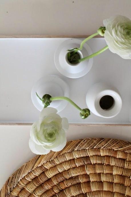 Un delicado sal n escandinavo en blanco y madera natural for Salon blanco y madera