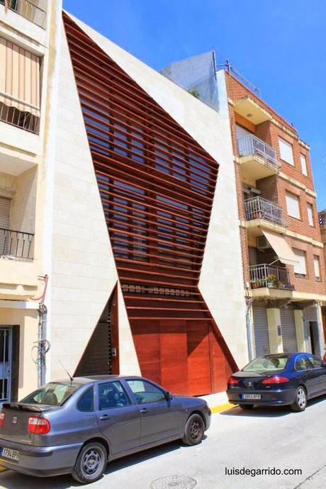 Fachada contemporánea de casa urbana entre medianeras en España