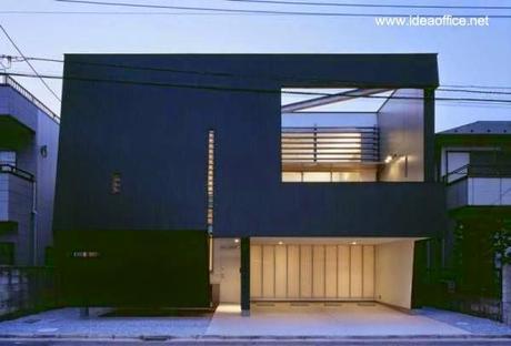 Fachada principal de casa contemporánea residencial japonesa