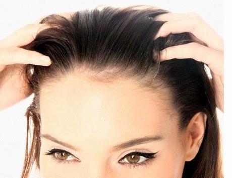 La máscara para los cabellos de las yemas y la cebolla