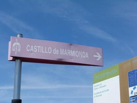 cartel de acceso al camino que sube al Castillo