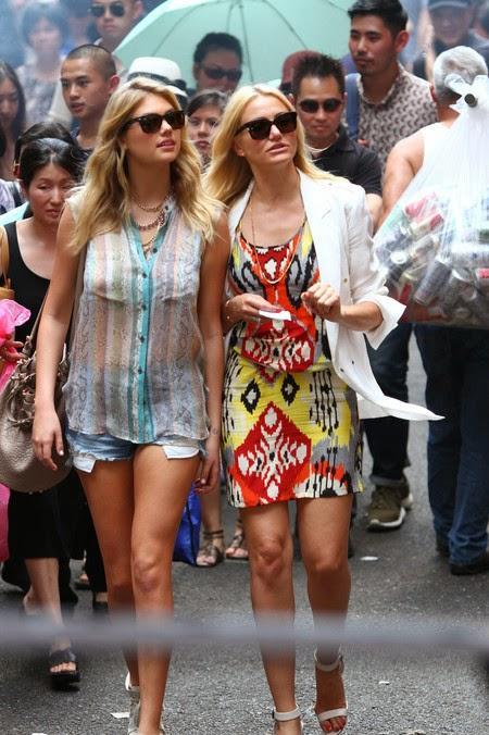 Dos mujeres con grandes pechos en la calle - 3 7