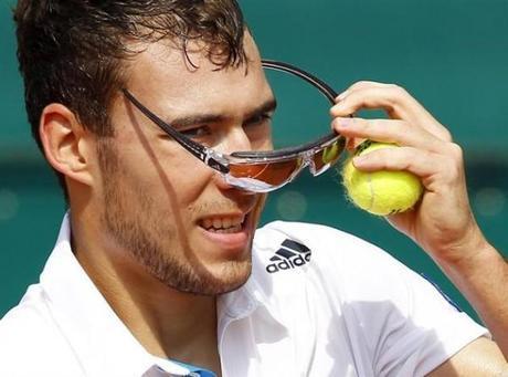 Janowicz tenista con gafas