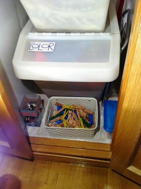 Convertir Baño En Vestidor:Luego en la parte de arriba del armario, hay unas baldas con la ropa