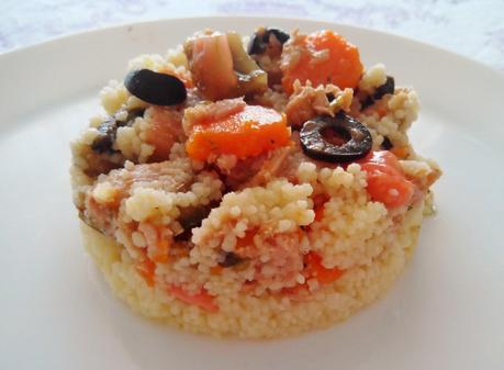 Cuscús con zanahorias aliñadas, aceitunas, atún, pepino y tomate