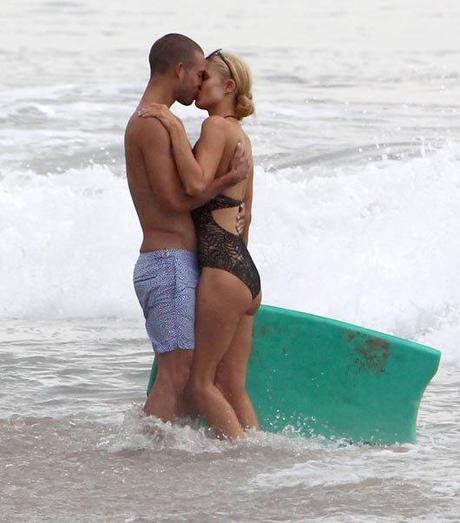 Paris Hilton beso playa