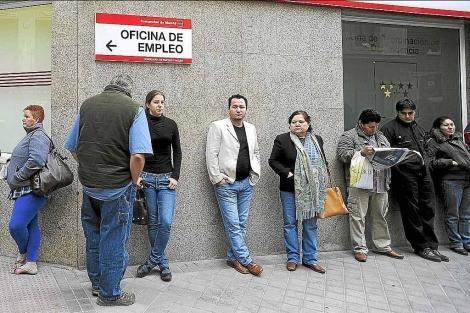 Inmigrantes en paro podr n renovar sus permisos de for Oficina de extranjeria madrid aluche