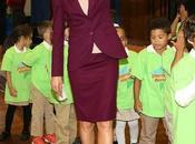 Dña. Letizia elige look clásico burdeos para primer viaje Nueva York como reina