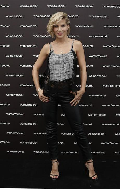 Elsa Pataky, con top lencero, pitillo de piel y sandalias minimal de Stuart Weitzman.