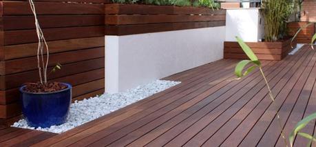 Reforma de una terraza con dise o de madera de exterior y for Macetas terraza diseno