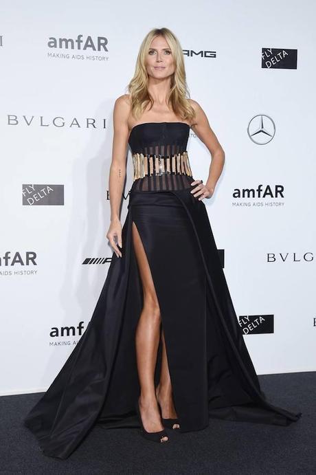 Heidi Klum con vestido negro con corpiño dorado de Atelier Versace, en la gala amFAR.