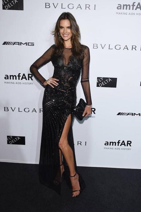 Alessandra Ambrosio con vestido de noche de Versace.