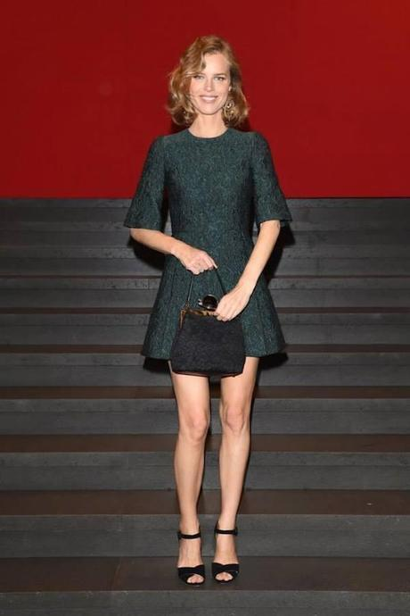 Eva Herzigova, con minivestido verde bosque de Dolce&Gabbana.