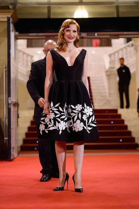 Jessica Chastain nos ha dejado varios looks de la semana porque ha venido al festival de cine de San Sebastián. Aquí, con LBD con bordados en blanco de Oscar de la Renta.