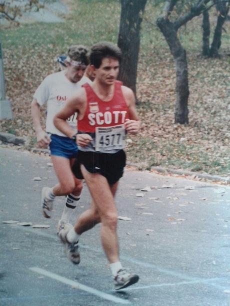 Mi padre en la maratón de Nueva York de 1986. Las suelas de las zapatillas de los años 80 tenían muy poca diferencia de altura entre el talón y el antepié.