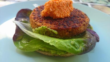 Hamburguesa vegetal mediterránea Vegesan con hummus de zanahoria y salsa de aguacate