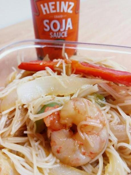 Fideos de arroz con salsa de soja y gambas