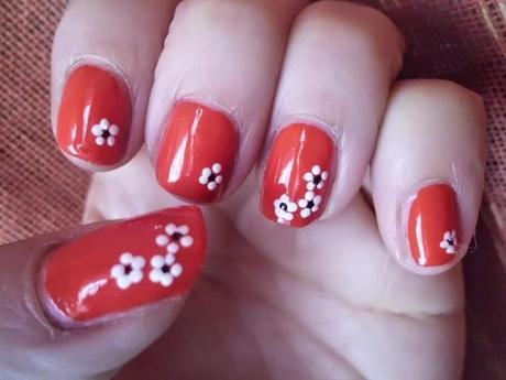 manicura roja con florecillas