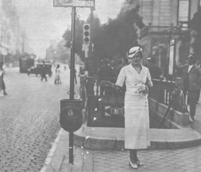 Señora posando con un 'pedrito', en Madrid