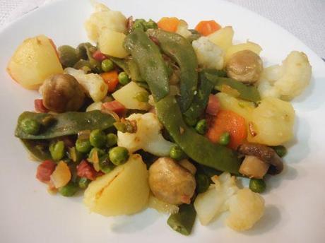 Menestra de verduras casera salteada con jamón