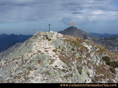 Ruta Agujas y Toneo: Pico Toneo con el Torres asomando por detrás.