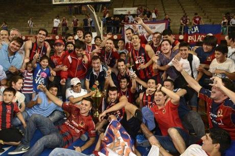 El equipo y los fanáticos festejan el tercer título de Cerro en Básquet