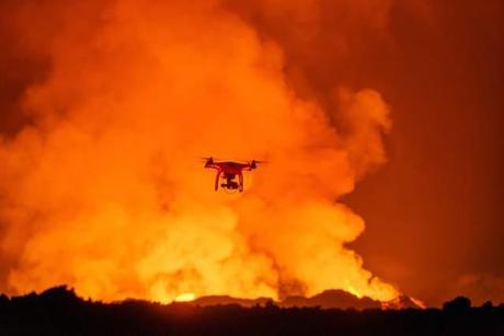 drone sobrevuela la erupción de un volcán en Islandia