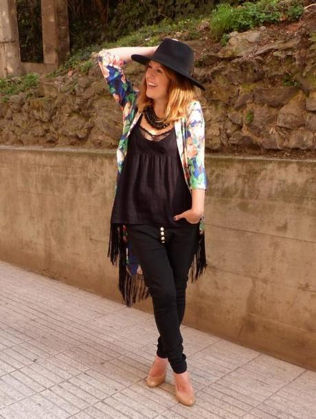 Sombrero fedora de ala ancha y kimono de flores