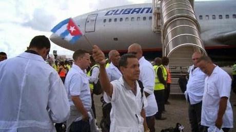 AFP muestra la llegada de los médicos cubanos a África, sin sesgar la noticia [+ video]