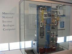 Actualidad Informática. MONIAC, ordenador analógico hidráulico . Rafael Barzanallana
