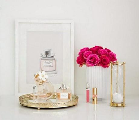Una bandeja y un perfume para decorar tu mesita de noche for Decoracion mesitas de noche