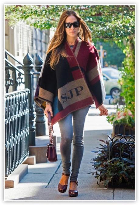 Sarah Jessica Parker con su poncho personalizado. ©Burberry