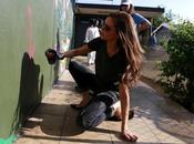 Victoria Beckham pinta grafiti buena causa