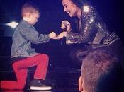 Demi Lovato compromete durante concierto