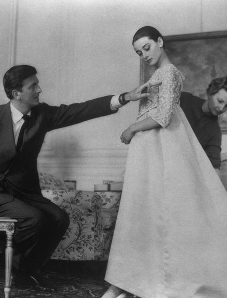 Hubert de Givenchy y Audrey Hepburn en una prueba de vestuario para el estreno de la película 'Historia de una monja' (Fred Zinneman, 1959) © Corbis Images