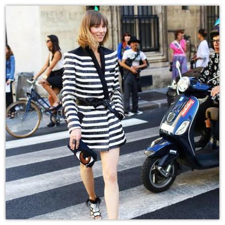 El fenómeno del street style provoca que a las puertas de los recintos donde se celebras las Semanas de la Moda, decenas de fotógrafos esperen a las it girls, estilistas e invitadas para fotografiar sus looks. En la imagen, Anya Ziurova.