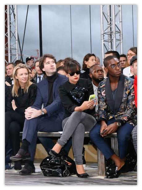 En el front row ya no pueden faltar los móviles ni las tableta. El último que suba una foto, tonto.