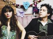 presentan álbum versiones Classic regala 'Stay Away', bajo indiscutible Zooey Deschanel